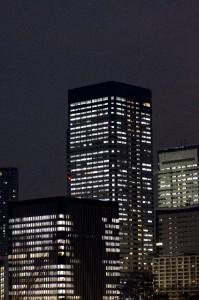 夜の高層ビル