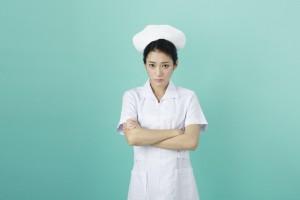 腕を組む看護師