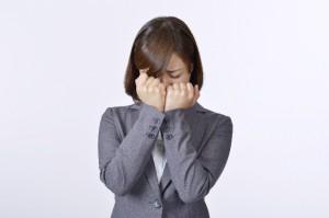 泣いている女性社員