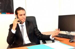 電話をする外国人男性