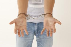 手錠を掛けられた男性2