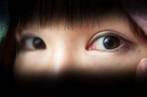 目を化粧する